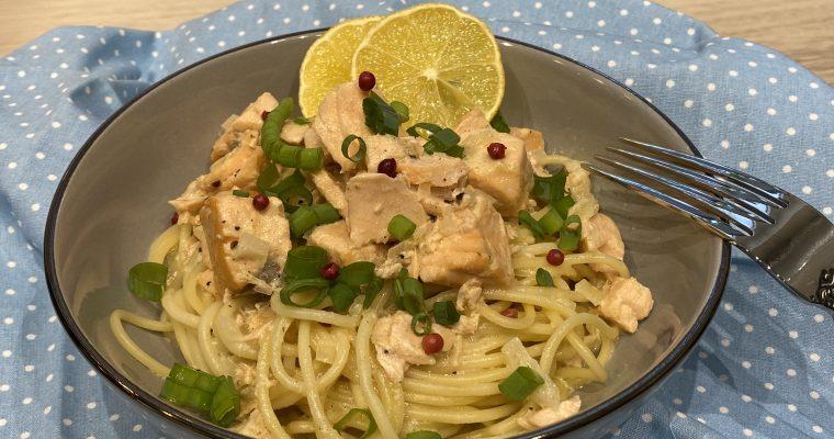 Lachs in Weißwein-Rahm-Sauce mit Spaghetti