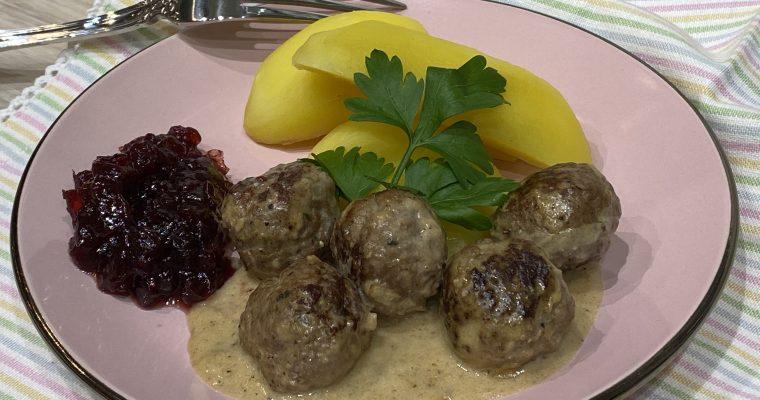 Köttbullar – traditionelle schwedische Fleischbällchen in Rahmsauce mit Preiselbeeren